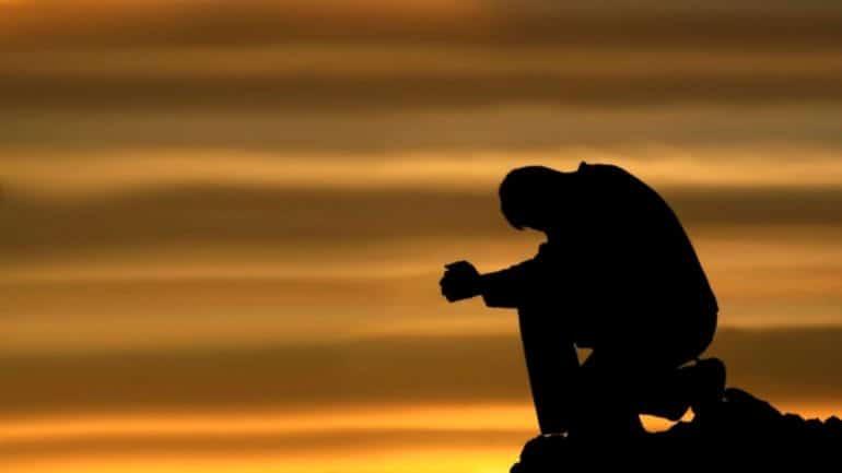 Hombre rezando en la montaña, como Cristo durante la Cuaresma.