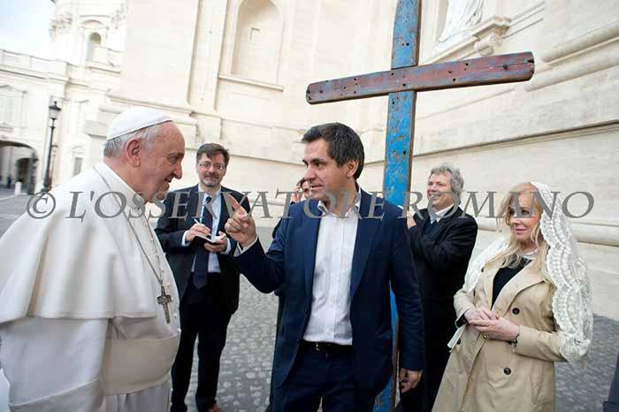 El Papa bendice la Cruz de Lampedusa [FOTOS]