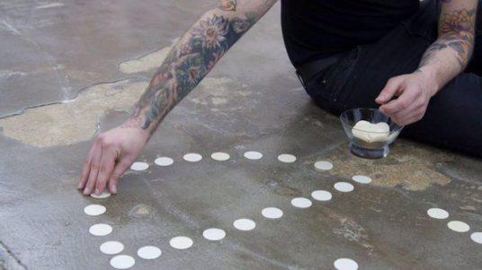 Un ciudadano retira las formas profanadas en la exposición de Pamplona