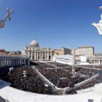 """El cardenal Sarah denuncia las misas multitudinarias """"con millares de asistentes"""""""