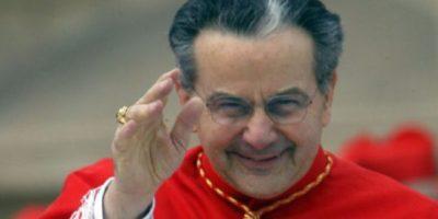 En la fotografía el Cardenal Caffarra saludando. Conocemos su personalidad.