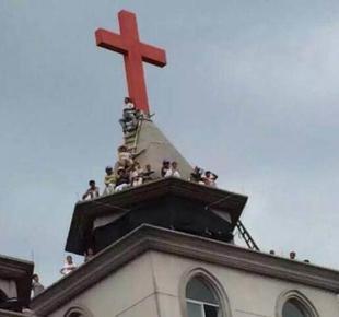 Un mes viviendo en el tejado de una iglesia para defender la cruz