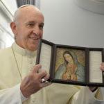 El Papa Francisco sostiene una imagen de Nuestra Señora de Guadalupe