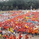 Jóvenes españoles cantan la salve rociera en Cracovia