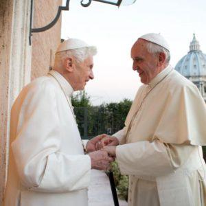 Benedicto XVI junto a su sucesor.