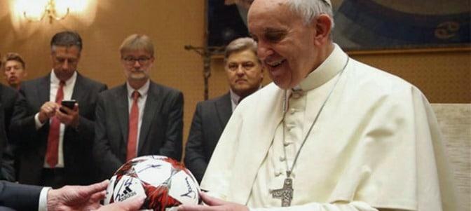 El Papa al Villareal: 'El portero tiene que atajar la pelota de donde se la patean, no sabe de dónde vendrá. Y la vida es así'