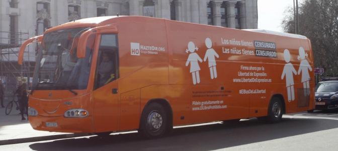 Tensión en la Complutense tras la llegada del autobús contra la ideología de género