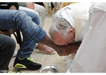 El Papa lava los pies a un preso musulmán que se bautizará pronto