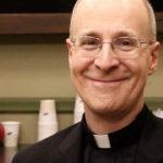 El jesuita James Martin, asesor del Papa, promociona una organización para la transexualidad infantil