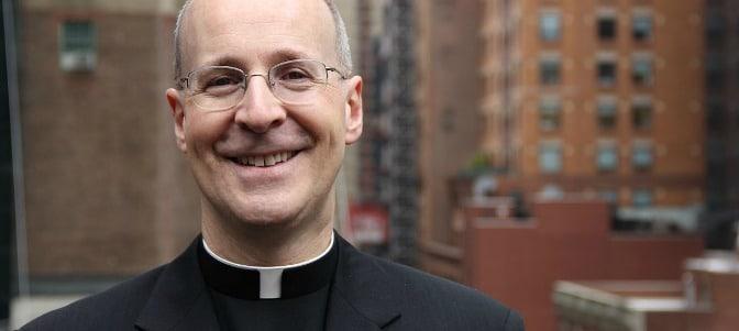James Martin, consejero del Papa, anima a los sacerdotes gays a 'salir del armario'