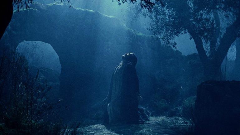 'Los soldados rodearon a Jesús, y los alguaciles, que se habían acercado, le echaron mano'