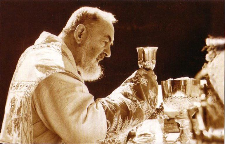El Padre Pío celebrando la eucaristía