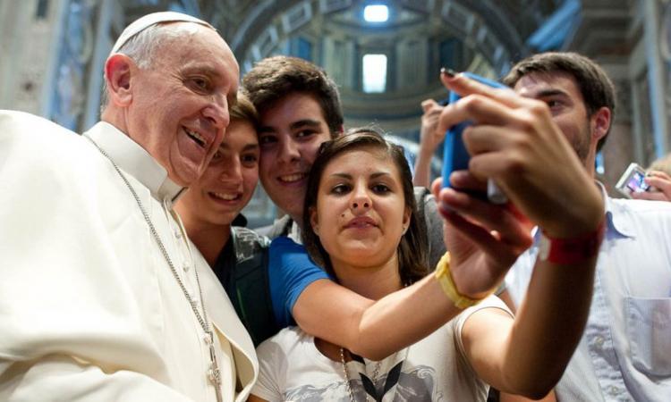 Papa pide que redes sociales no sean lugar de alienación