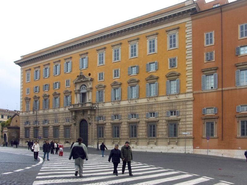 Renunció un hombre clave en el Vaticano: fue acusado de abuso sexual